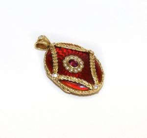 Медальон с гильошированной эмалью и рубином