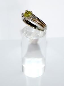 Кольцо с желтым бриллиантом квадратной огранки
