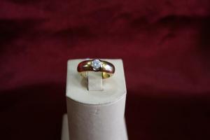 Кольцо желтый металл с бриллиантом