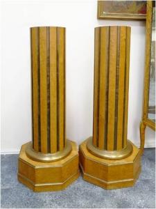 Пара консолей в виде колонн
