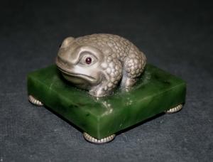 Фигурка «Жаба» на нефритовой подставке