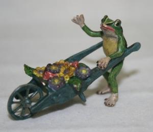 Лягушка с садовой тележкой