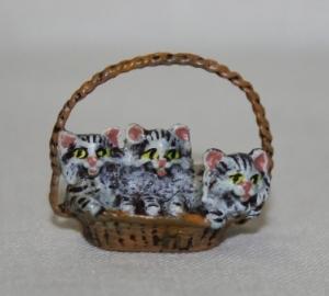 Три котёнка в лукошке