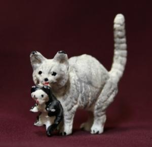 Белая кошка с белым котёнком