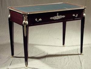 Письменный стол с кожаной вставкой