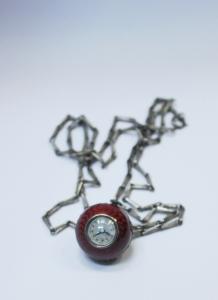 Часы в форме шара на цепочке