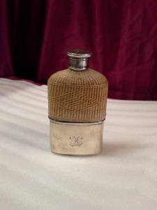 Фляжка с серебряной подставкой и обтянутая сверху плетёнкой.(маленькая)