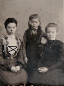 Фотография трех сестер