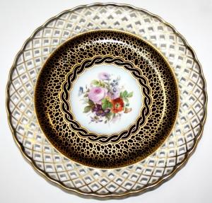 Пара фарфоровых тарелок с ажурным краем