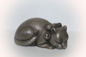 Фигурка «Лежащая кошка с бантиком»